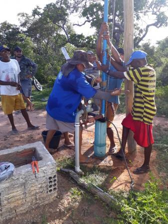 Prefeito Dr. Macaxeira reestabelece abastecimento d'agua na comunidade Morro Bonito.
