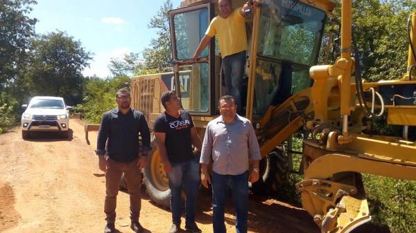 Prefeito Dr. Macaxeira acompanha serviços de recuperação de estradas vicinais