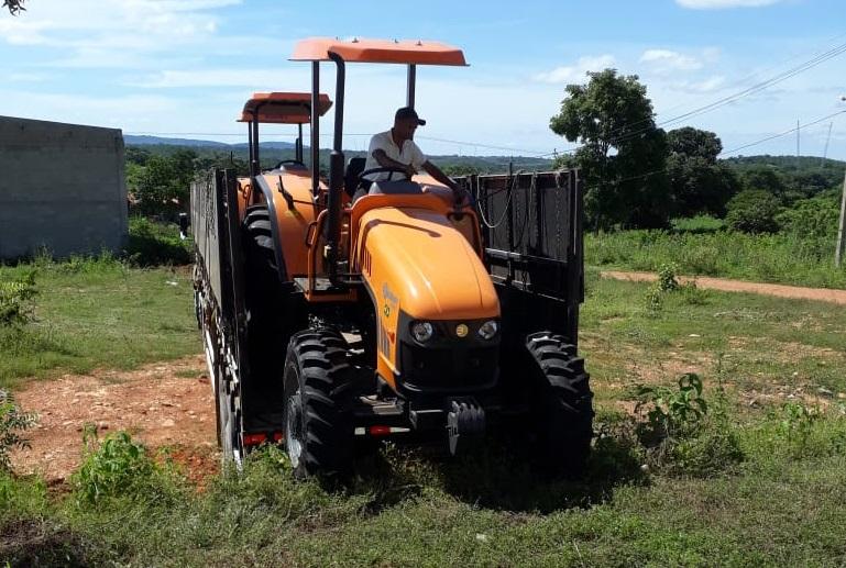 Comunidades de Júlio Borges são beneficiadas com trator agrícola