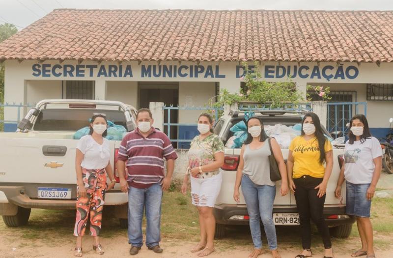 Prefeito distribui cestas básicas em Santa Filomena