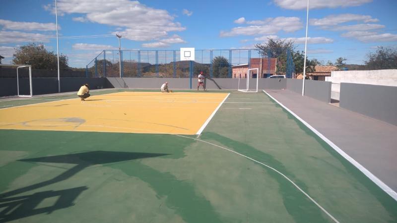 Prefeitura reforma quadra esportiva da localidade Lagoa do Mato em Parnaguá