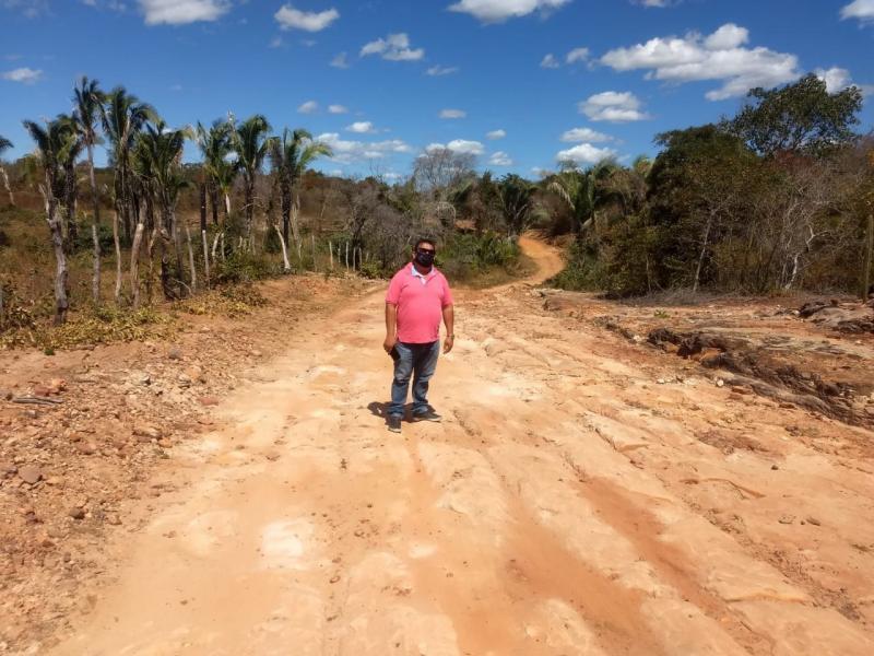Prefeitura realiza obras em estradas vicinais de Manoel Emídio