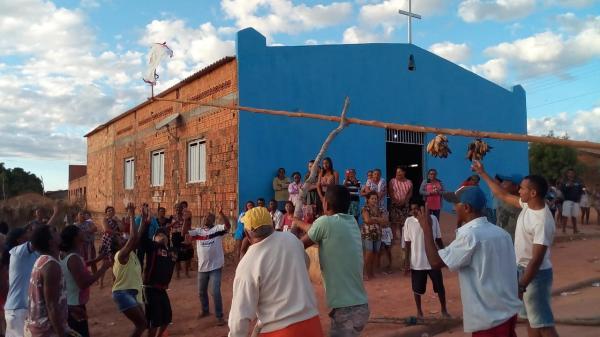 Derrubada do mastro é tradição de festejos em Bairro de Redenção