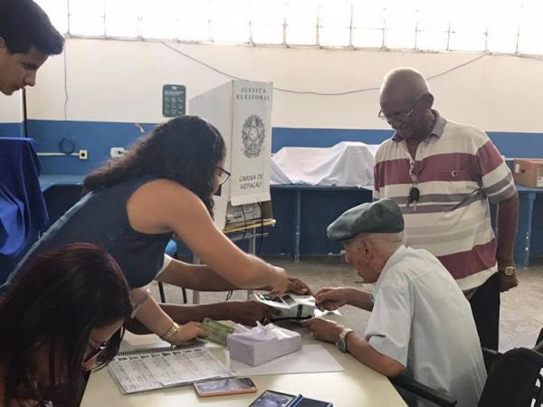 De cadeira de rodas, eleitor de 100 anos vota em OEIRAS