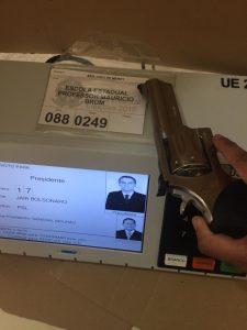 Eleitores de Bolsonaro postam foto com armas na urna