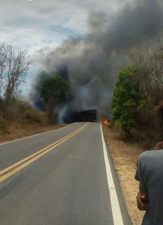 BR 135 é bloqueada após incêndio de caminhão carregado de herbicida