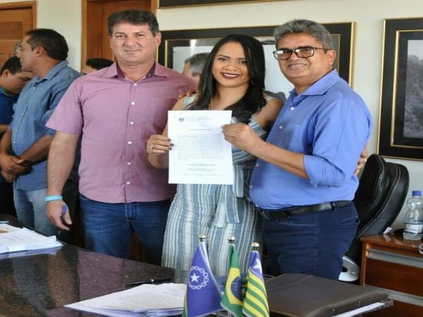 Prefeito de Corrente Murilo deu posse a concursados nesta terça-feira (09)