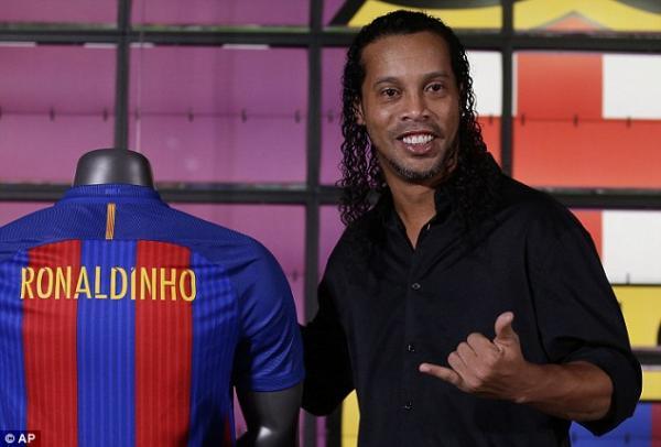 Barcelona quer afastar Ronaldinho Gaúcho por apoiar Bolsonaro