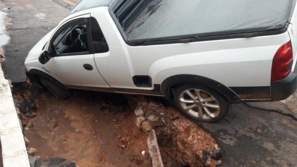 Carro cai em cratera na cidade Gilbués