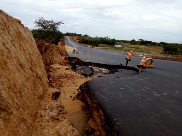 BR 135 tem trecho destruído por causa da forte chuva