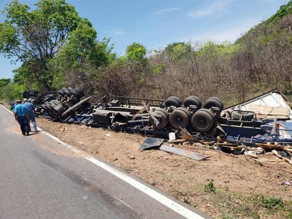 BR-135 registra novo acidente com carreta de produtos tóxicos