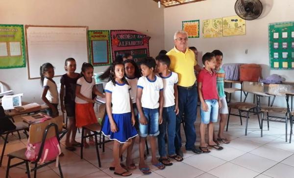 Prefeito Cidelton Pinheiro visita escolas na zona rural
