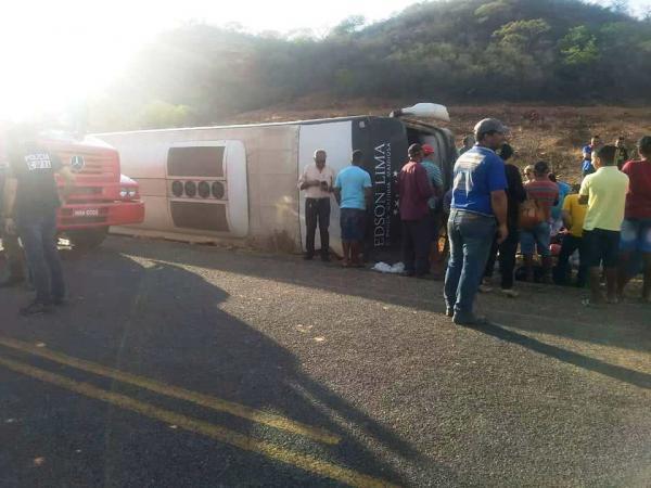 Ônibus do Cantor Edson Lima tomba perto de Simplício Mendes