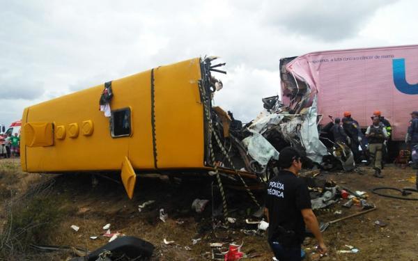 Ônibus escolar colide com carreta na Bahia, deixando mortos e feridos