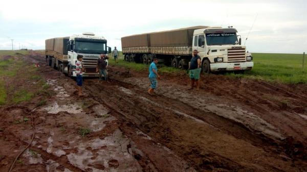 Caminhões atolam na rodovia Transcerrado após dias chuvosos no Piauí