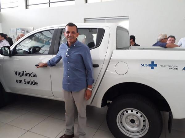 Prefeito Batista recebe mais um veículo para o município