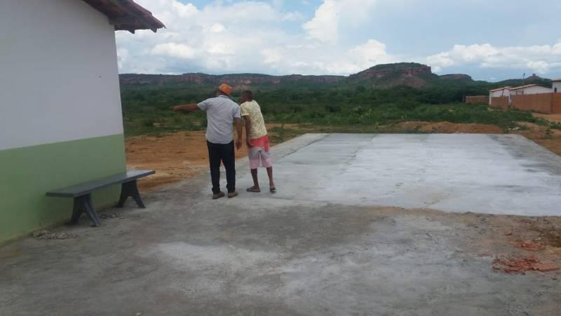 Prefeito Cidelton visita obras de calçamento em Santa Luz