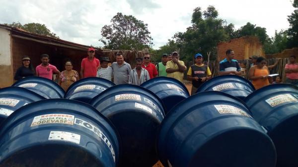 Dr. Macaxeira entrega caixas D'AGUA a moradores da zona rural