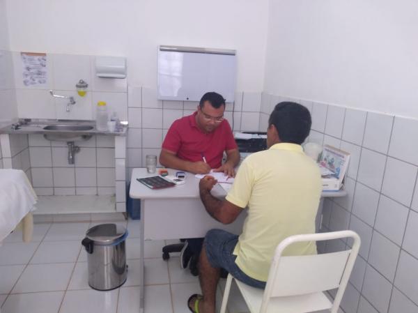 Dr. Macaxeira faz entrega de exames de próstata