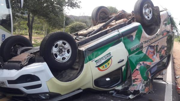 Seis pessoas ficam feridas após ambulância capotar próximo a Corrente