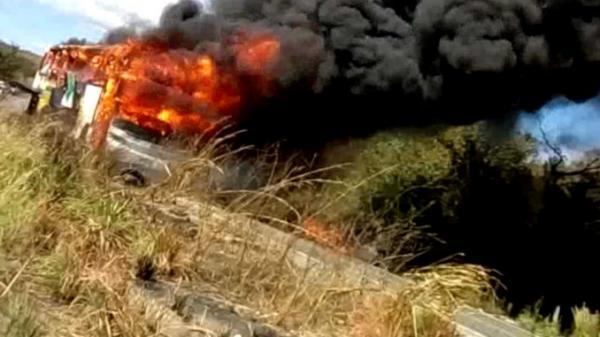 Ônibus da empresa Transpiauí pega fogo na BR 135