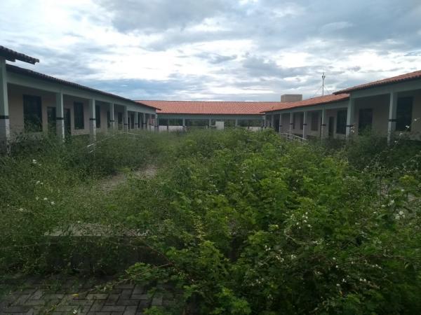 Imagem feita de dentro da Unidade Escolar Professora Iraci Barros Pinto mostra o abandono da estrutura do novo prédio.