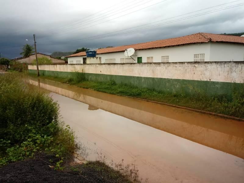 Escola de São Gonçalo está tomada pelo mato e com várias poças d'água