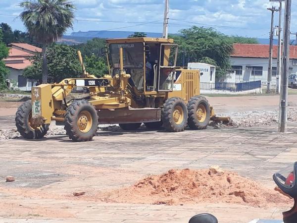 Prefeito Léo Matos inicia Praça em Gilbués