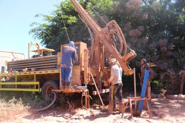 Currais: Raimundo Santos entrega poços tubulares à população