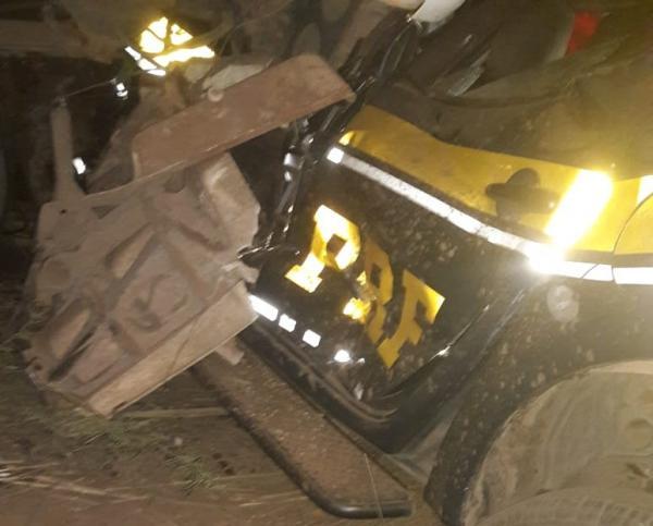 Batida entre duas carretas e viatura da PRF deixa mortos e feridos na BR 135 na BA