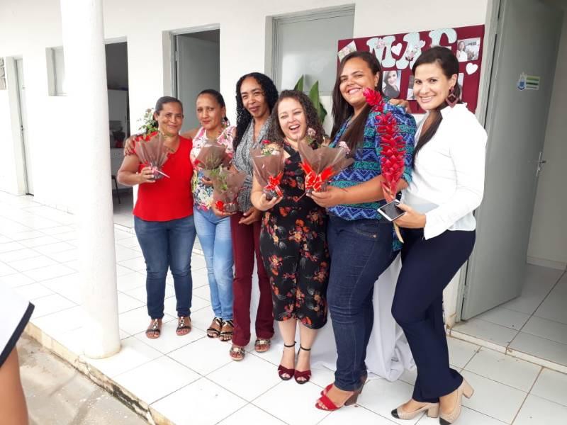 Câmara de Bom Jesus recepciona colaboradoras com café da manhã e flores