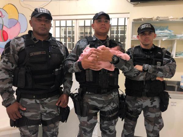 Recém-nascido é encontrado dentro de saco plástico em bar — Foto: Divulgação/PM-PI