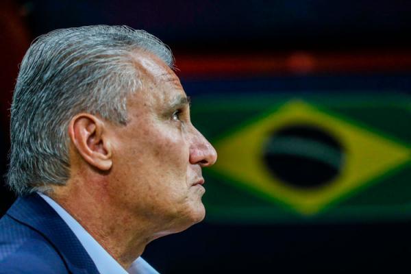 Tite fica com olhos marejados e evita falar de futuro na seleção brasileira