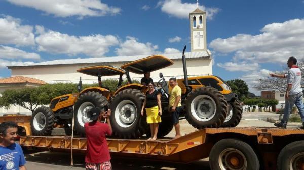 Prefeito Cidelton entrega trator agrícola para a população