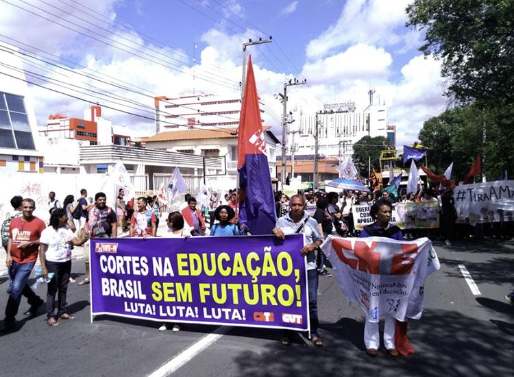 Professores da rede estadual iniciam greve por tempo indeterminado