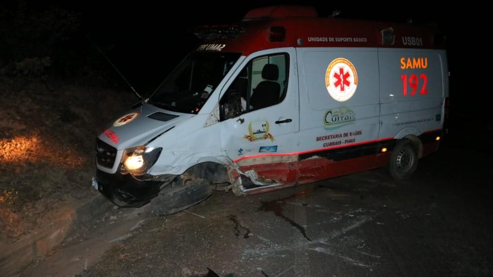 Ambulância do SAMU de Currais tomba após colisão frontal