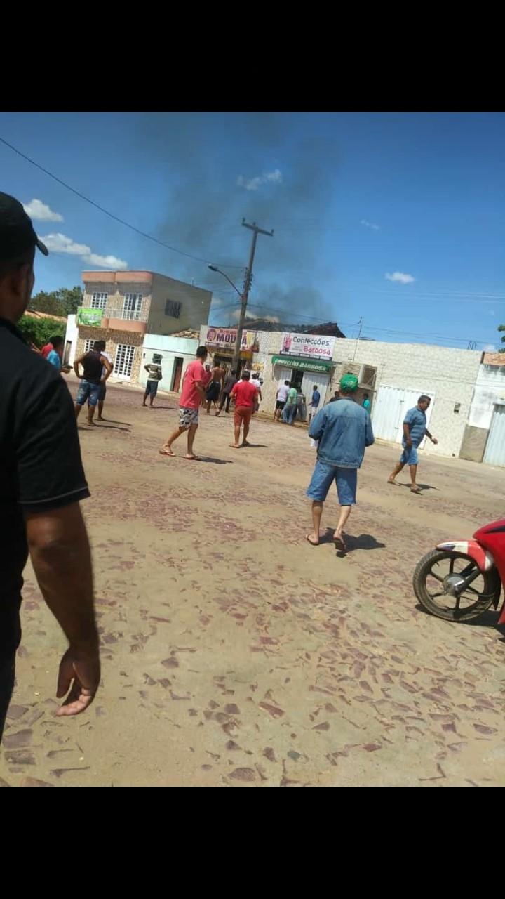 Mercadinho é totalmente destruído por incêndio em Santa Luz