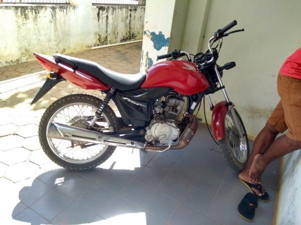 Polícia apreende moto roubada em Avelino Lopes