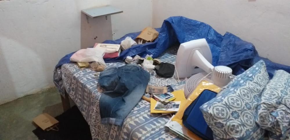 Criminoso deixou quarto da vítima 'revirado'.