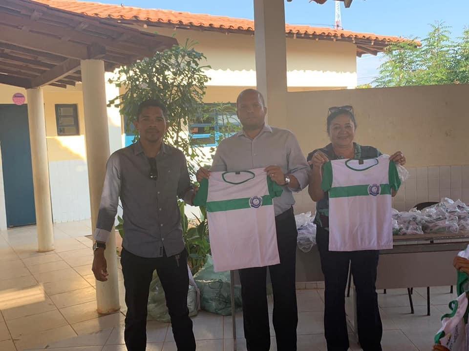Prefeito Léo Matos entrega mais de 2.400 uniformes escolares