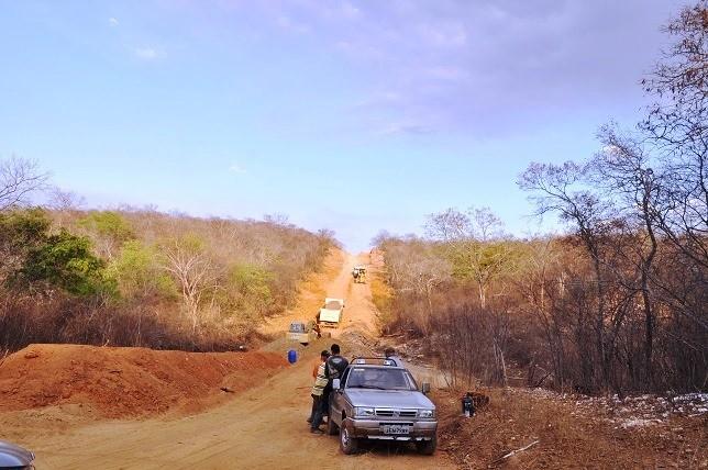 Prefeito de Avelino Lopes visita estrada para a Bahia em construção