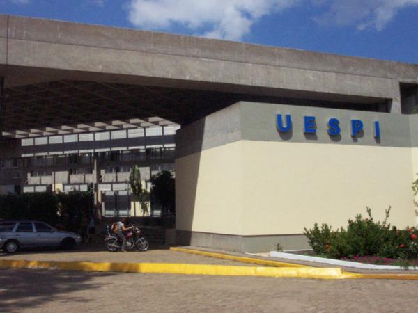 Uespi divulga edital com 99 vagas para portador de curso superior