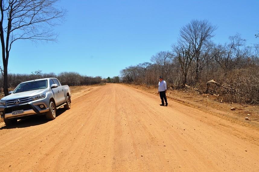 Prefeito de Avelino Lopes fiscaliza construção de estrada para a Bahia