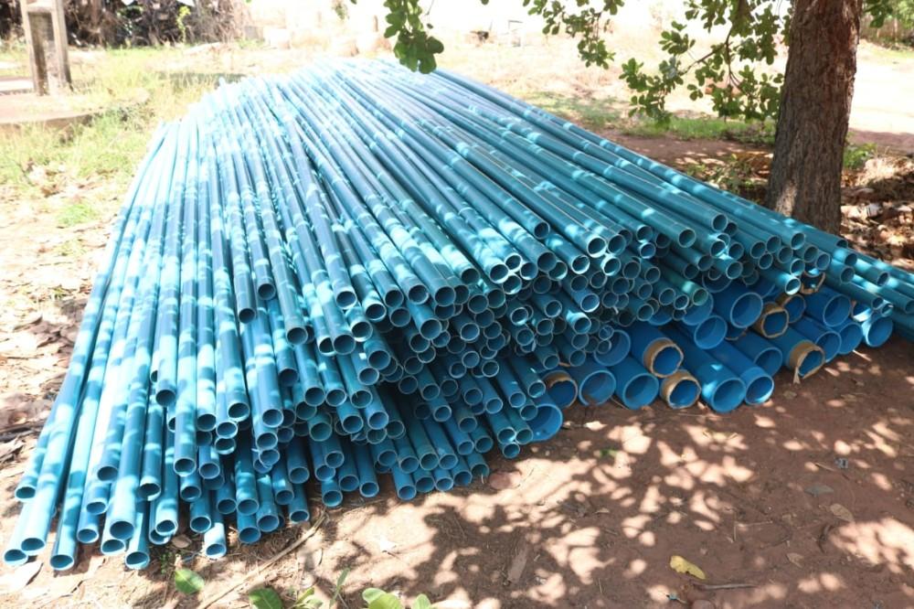 Raimundo Santos entrega tubulações para poços na zona rural