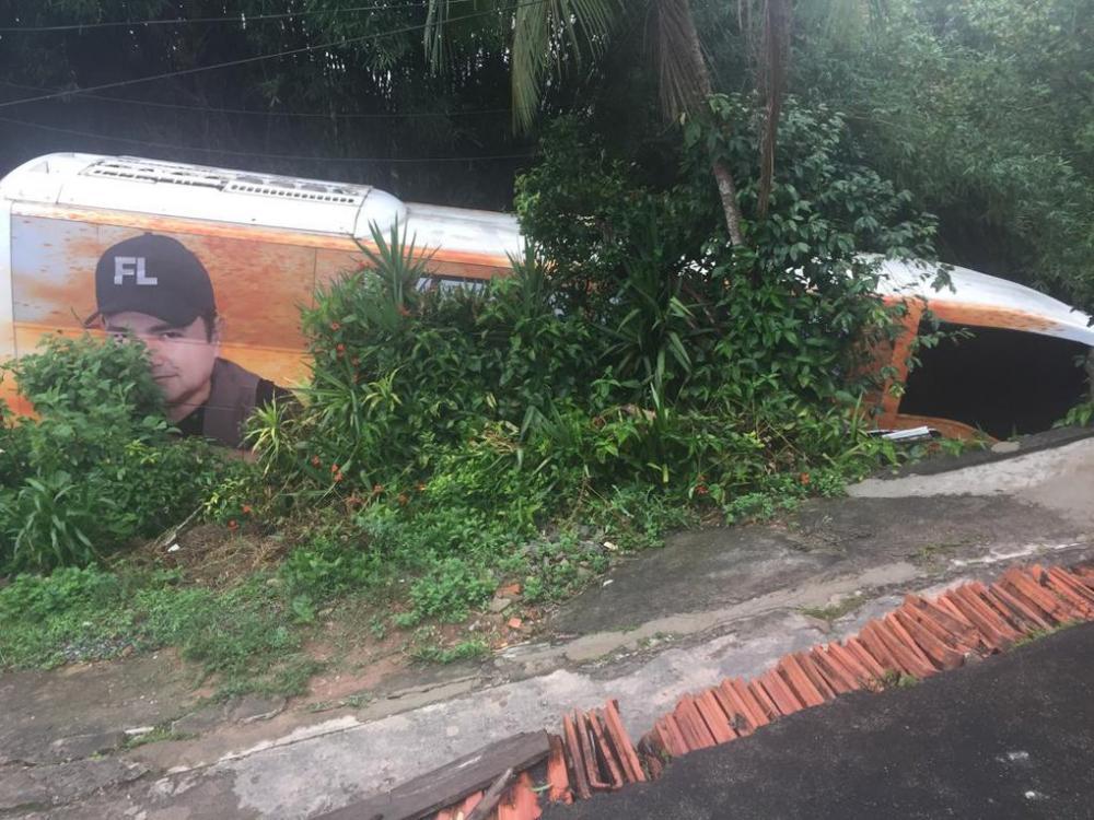 Ônibus com a banda do cantor Francis Lopes sofre acidente em São Paulo
