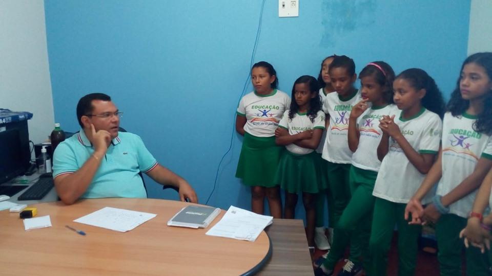 Dr. Macaxeira recebendo alunos em seu gabinete.