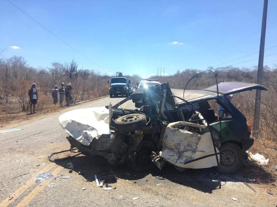 Acidente com caminhão da banda Cavaleiros do Forró deixa 1 morto