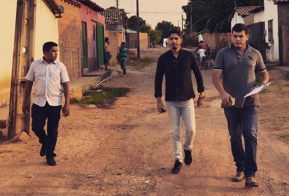 Felipe Dias (ao centro) visitando obras em Cristino Castro.