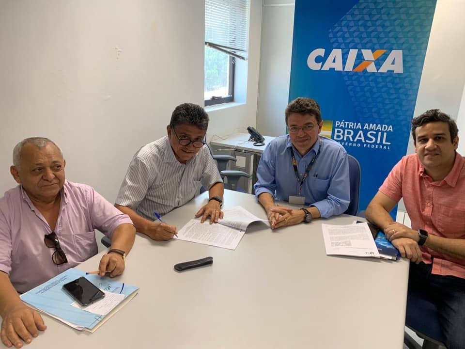 Marcos Elvas assina contrato para pavimentação de ruas em Bom Jesus