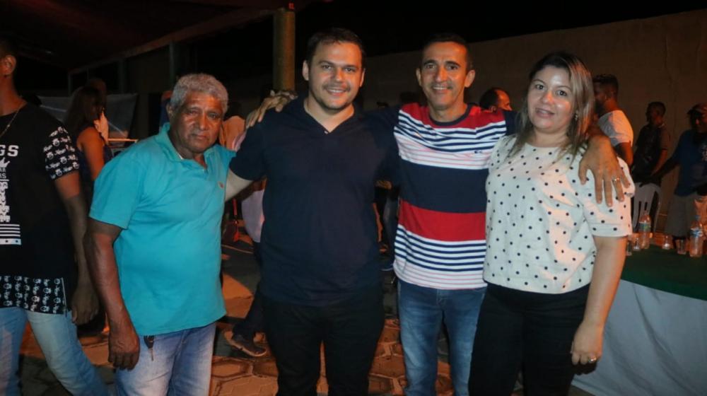 Raimundo Sobrinho (de preto ao centro) ao lado do vereador Francismar Mota.